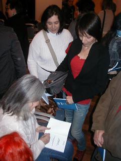 Presentació Llibre DEMPEUS Àngels Martínez signant