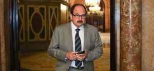 Xavier Crespo, en los pasillos del Parlament antes de comparecer en la comisión que investiga los escándalos en sanidad. / ALBERT GARCIA